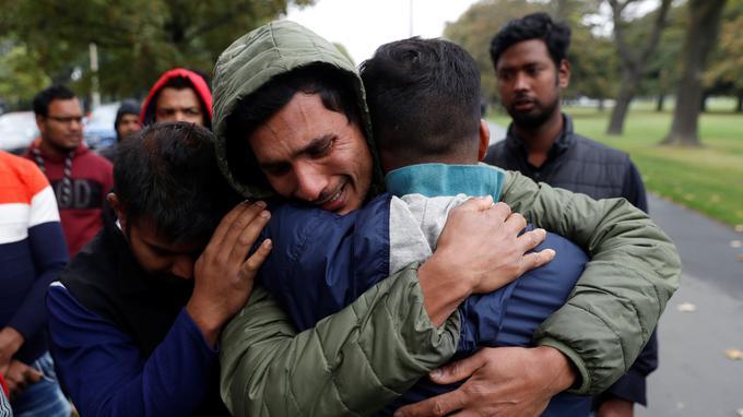 Des proches d'un membre de la communauté bangladaise attendent d'avoir de ses nouvelles.