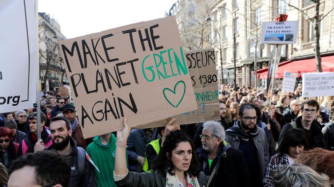 À Donald Trump et son «Make America great again», Emmanuel Macron avait répondu «Make planet great again». Cette manifestante préfère, elle, avoir une planète «verte».