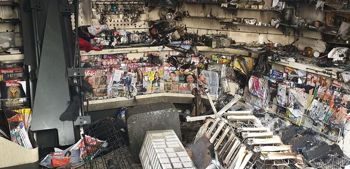 A l'intérieur d'un kiosque incendié, sur les Champs. Crédit photo: WGB/Le Figaro