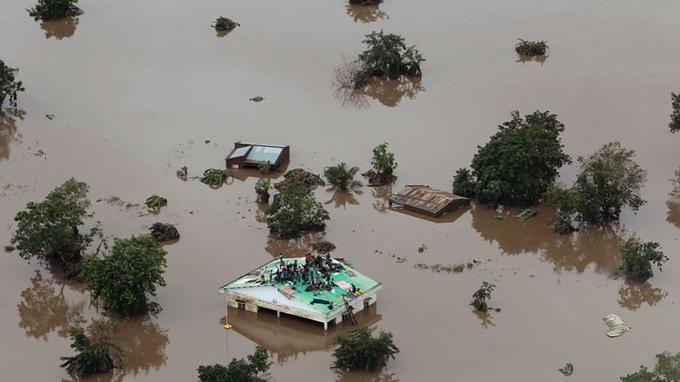 Des images aériennes transmises par l'organisation Mission Aviation Fellowship montrent aussi des dizaines de personnes bloquées sur les toits de bâtiments en dur entourés d'eau.