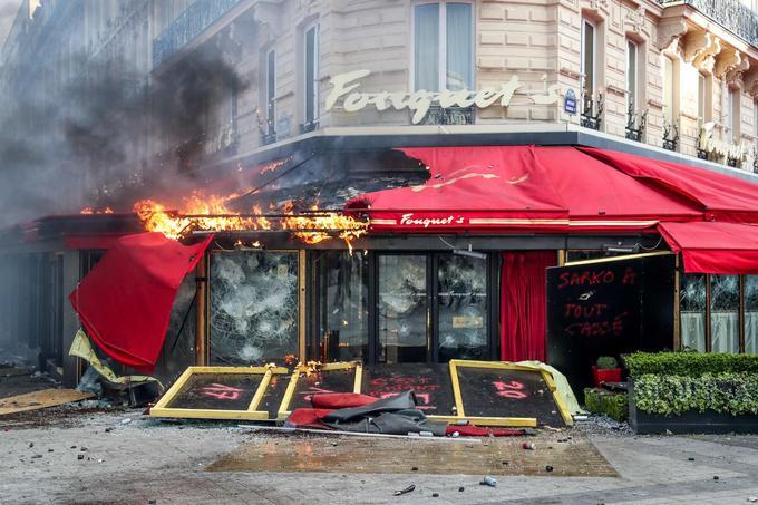 Des dizaines d'enseignes ont été pillées ou vandalisées, parmi lesquelles l'emblématique Fouquet's, totalement saccagé.