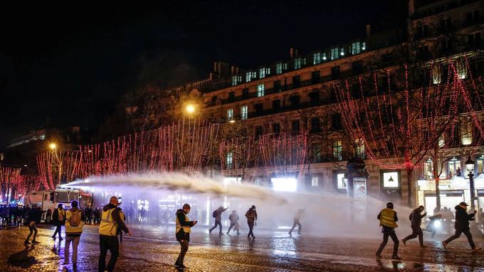 Canon à eau utilisé lors d'une manifestation des «gilets jaunes» le 22 décembre 2018.
