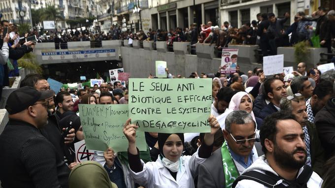 Du personnel médical défilent dans les rues d'Alger