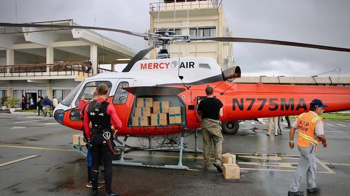 Une équipe de secouriste sur le tarmac de l'aéroport de Beira.