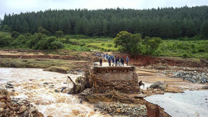 Le cyclone a balayé les routes et les ponts, rendant l'accès aux zones sinistrées difficile.