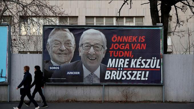L'affiche controversée présentant Jean-Claude Juncker et George Soros.