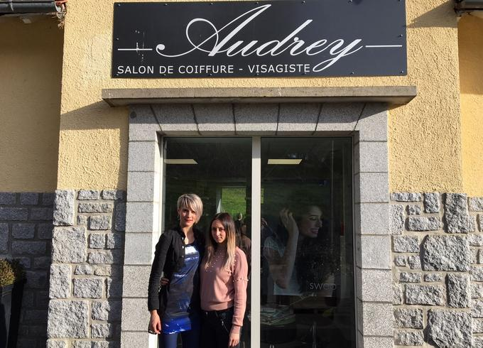 Audrey Marty et son employée devant son salon de coiffure à Parlan (Cantal).