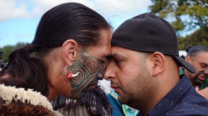 Un Néo-Zélandais musulman et un Néo-Zélandais portant des tatouages maoris.