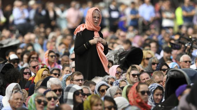 Musulmans et non-musulmans réunis lors de la prière.