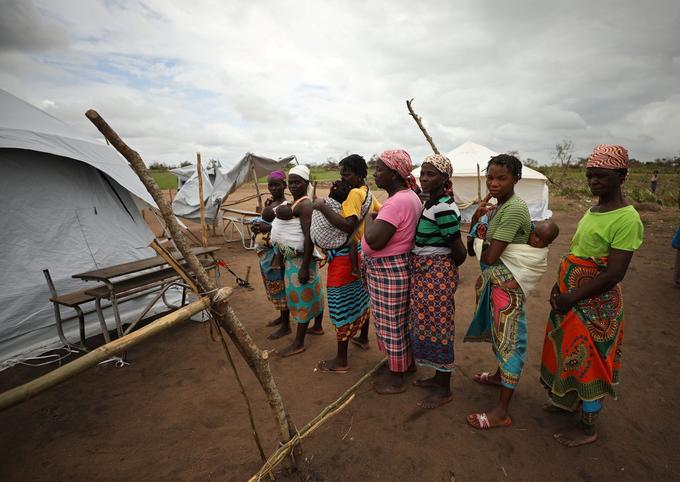 Des femmes et des enfants attendent des soins médicaux dans un camp.