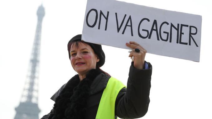 Une manifestante au Trocadéro, à Paris. © Kenzo Tribouillard - AFP
