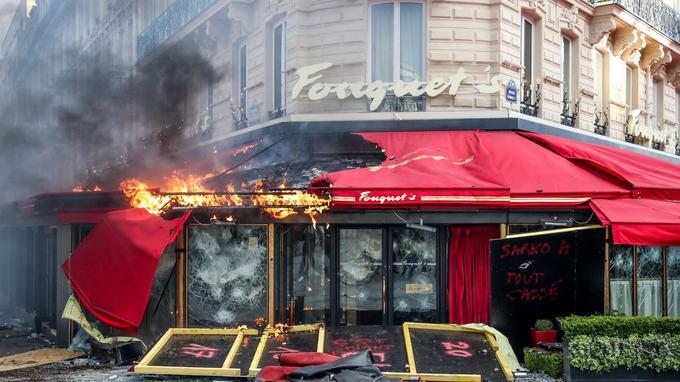 Un incendie a ensuite ravagé le restaurant.