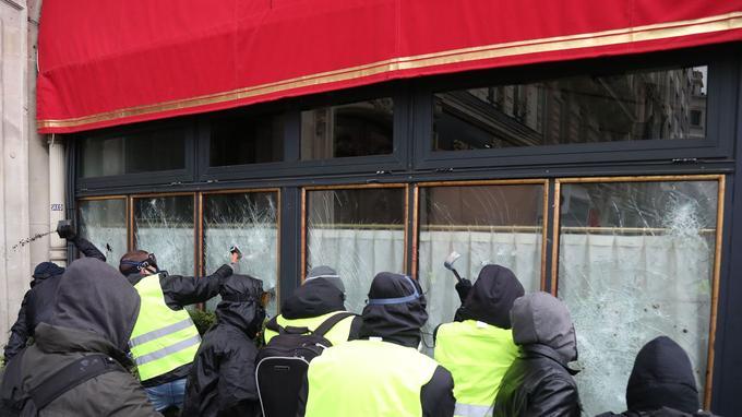 Des casseurs s'en prennent aux vitres de la brasserie.