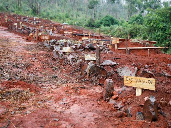 Les tombes de personnes tuées lors du cyclone Idai sont visibles à Chimanimani, au Zimbabwe