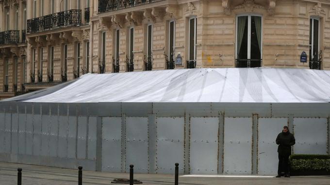 Et une semaine plus tard, le Fouquet's est complètement barricadé.