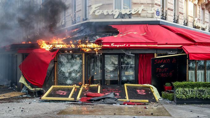 Le Fouquet's incendié lors d'affrontements entre les forces de l'ordre et les manifestants sur les Champs-Élysées à Paris lors du 18e samedi consécutif de manifestations.