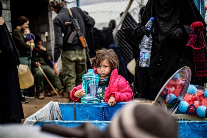 Une fillette avec sa bouteille d'eau.