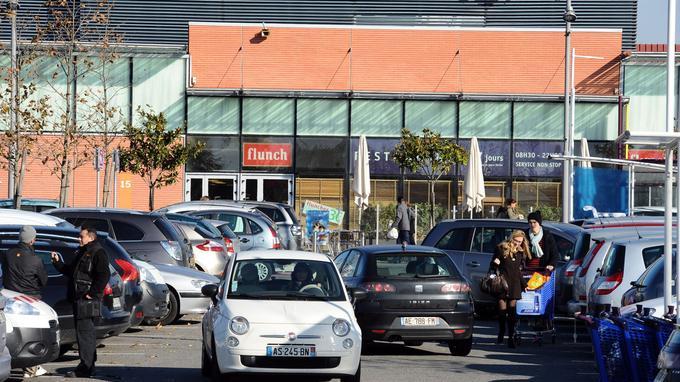 Pour Parking Place Une Homme MeurtRoué De ToursUn Coups 80kwNnOPX