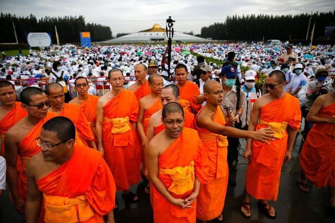 Les moines du temple Dhammakaya organisent le soutien à la figure de proue de leur mouvement, visé par un mandat d'arrestation.