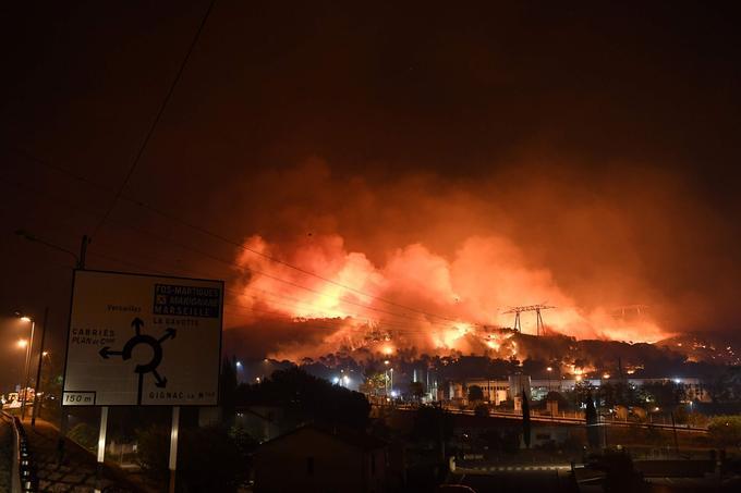 D'importants feux de forêts se sont déclenchés mercredi dans le sud de la France, dans les Bouches-du-Rhône (Fos-sur-Mer, Vitrolles, Istres), approchant à certains endroits des zones habitées.