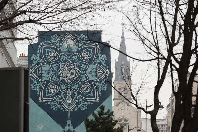 Réalisée par le célèbre artiste américain Franck Shepard Fairey, l'oeuvre «Delicate Balance» reprend d'une manière artistique le visuel du globe Earth Crisis suspendu à la tour Eiffel lors de la conférence de Paris sur le climat en 2015. À voir au 60, rue Jeanne d'Arc (Paris XIIIe).