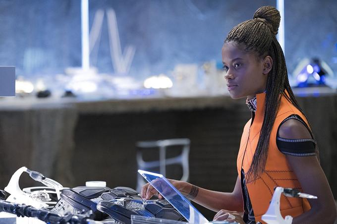 Shuri dans son laboratoire high-tech.