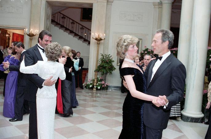 Clint Eastwood danse avec Lady Di, lors d'un bal donné à la Maison Blanche en 1985. Crédits: rue des archives.