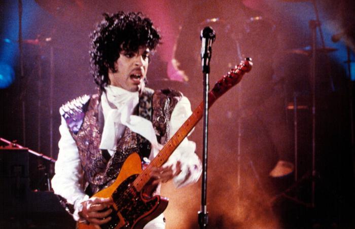 En 1984, la sortie du film «Purple Rain», réalisé par Albert Magnoli, signe le plus gros succès commercial du chanteur. Le titre du film rappelle que l'univers visuel de Prince est défini par le mauve, couleur fétiche de la star.