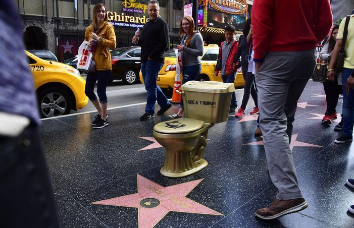 Les toilettes recouvertes de peinture dorée, au-dessus de l'étoile de Donald Trump.