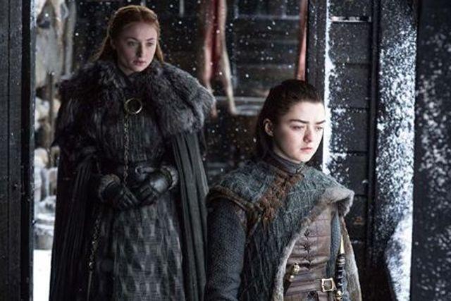 Sansa y Arya Stark (Sophie Turner y Maisie Williams).