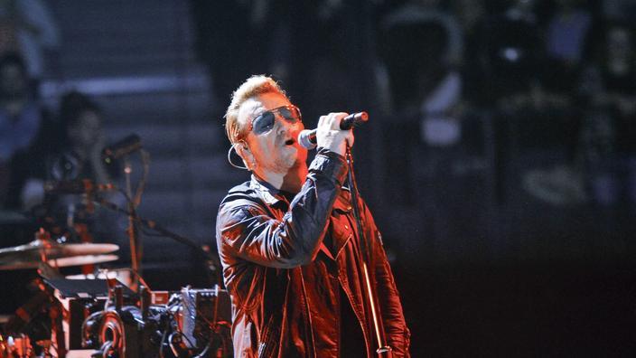 En Concert A Belfast U2 Rend Hommage Aux Victimes Des Attentats De Paris
