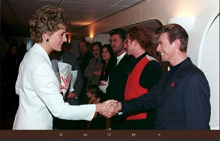 La princesse Diana rencontre David Bowie dans les coulisses de l'arène de Wembley, à Londres en 1993. Crédits photo: capture Twitter.
