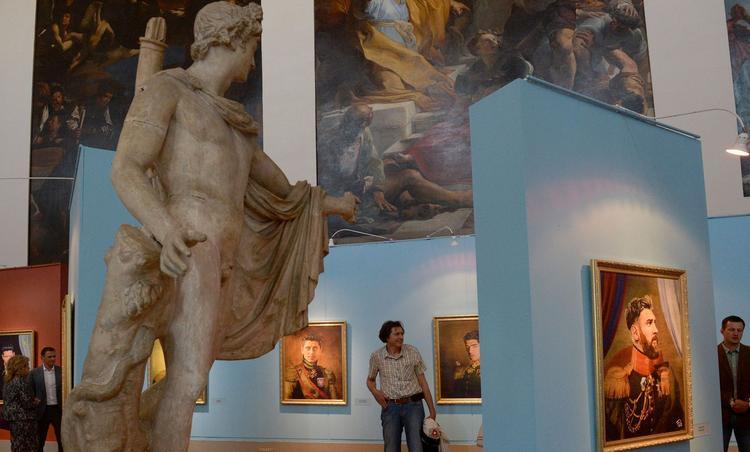 Le 20 juin 2018, jour de l'inauguration de l'exposition «Like the Gods», présenté par le Musée de l'Académie des Beaux-Arts de Russie et l'artiste italien Fabrizio Birimbelli à Saint-Pétersbourg.