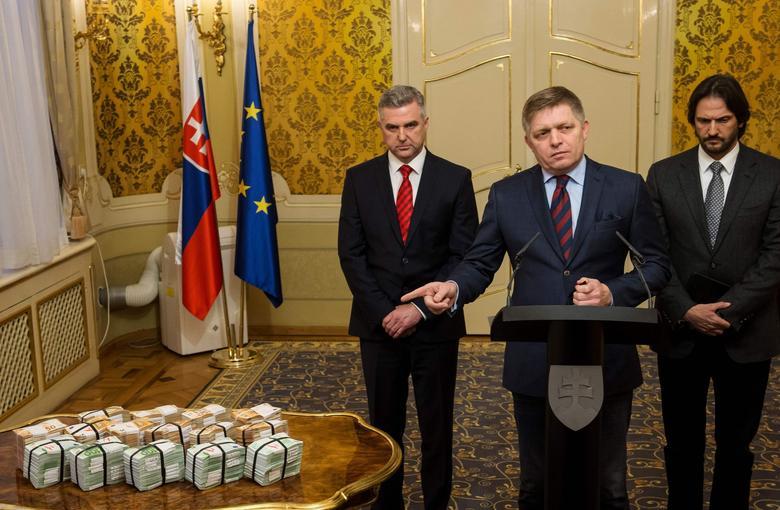 Le premier ministre slovaque Robert Fico entouré du chef de la police, Tibor Gaspar et du ministre de l'Intérieur Robert Kalinak.
