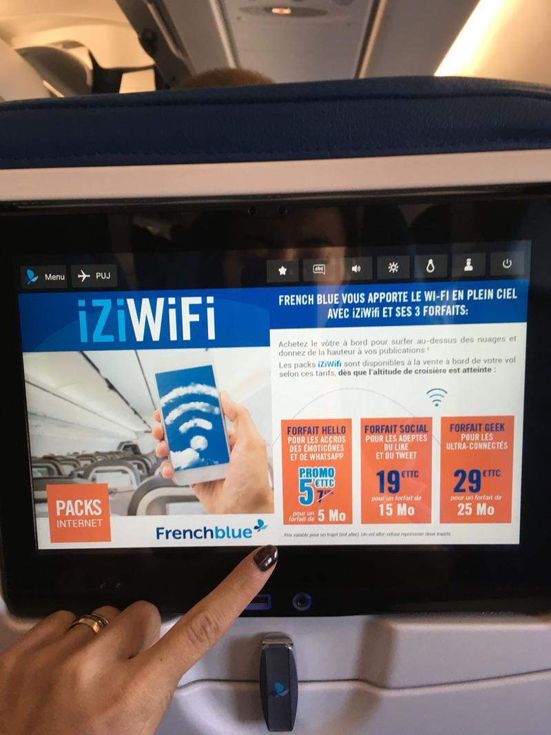 L'écran tactile et les choix de forfait wifi proposés.