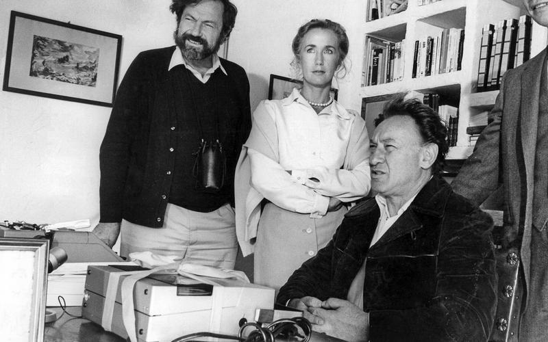 Brigitte Fossey, entourée du metteur en scène Robert Enrico et de Martin Gray lors du tournage du film <i> Au nom de tous les miens </i>(1983) <i/>.