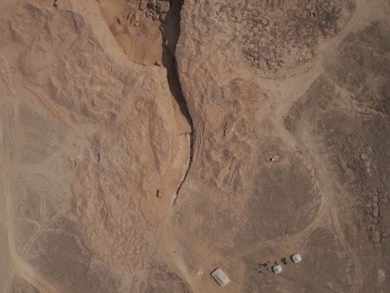 Le site de Hatnoub. On distingue la rampe mise au jour au milieu de l'image.