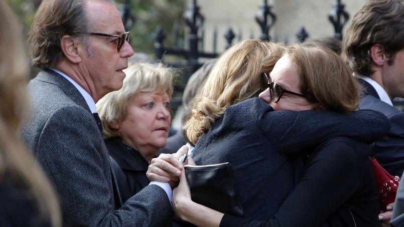 Cendrine Dominguez consolée par Michel Leeb et son épouse.