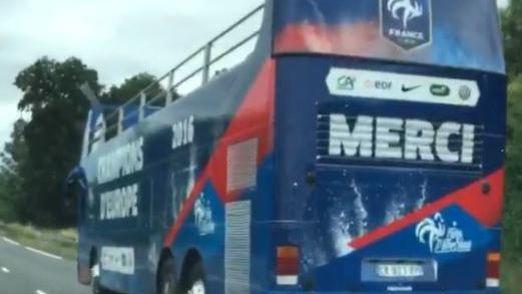 Le bus prévu pour les Bleus en cas de victoire à l'Euro 2016 en finale face au Portugal - Twitter @HugoLgrnd