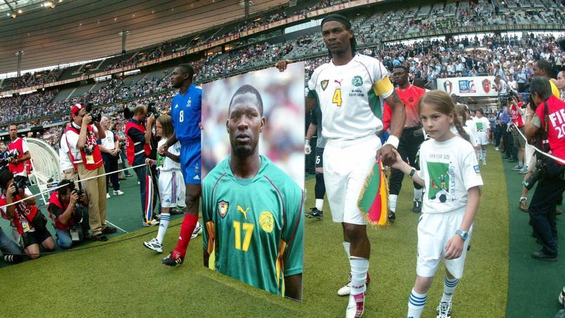 Rigobert Song, tenant le portrait de son coéquipier et ami Marc-Vivien Foé, décédé 3 jours plus tôt sur la pelouse de Gerland.