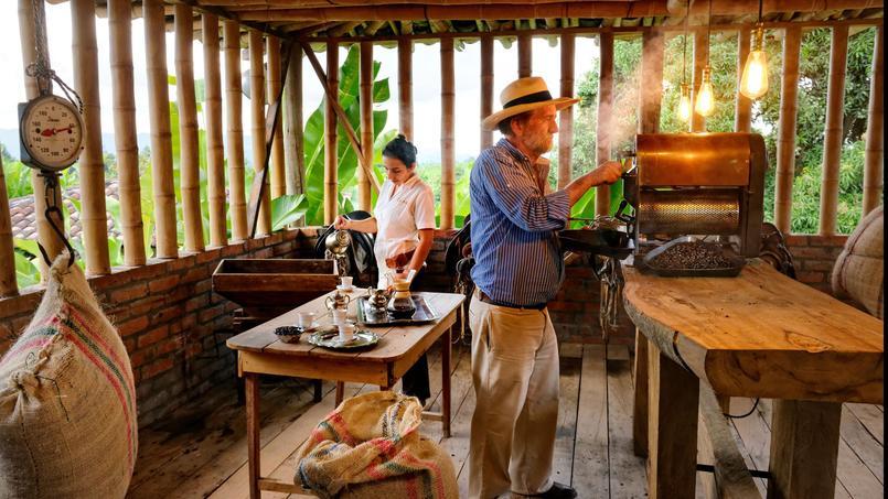 À la Finca Villa Nora, entre machines vintages et ustensiles anciens chinés de longues dates. Roberto initie les visiteurs aux processus de la transformation du grain, de la cueillette à la torréfaction.