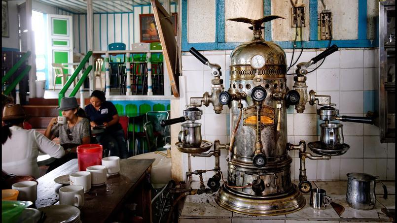 Salento. A la cafeteria El Balcón de los Recuerdos (le balcon des souvenirs), la machine à café italienne Victoria Arduino du début XXe fonctionne toujours!