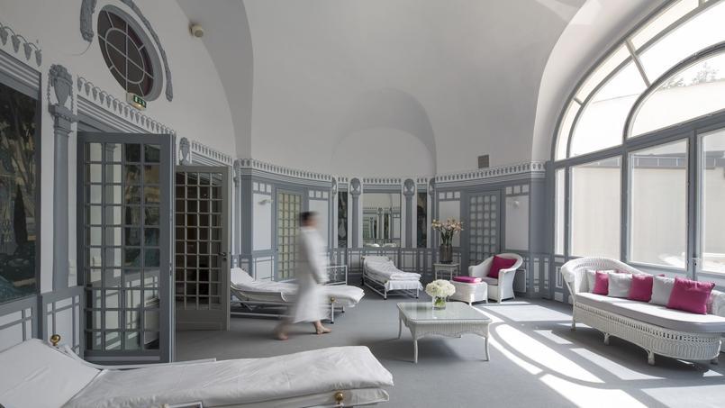 le royal evian une certaine id e du chic. Black Bedroom Furniture Sets. Home Design Ideas