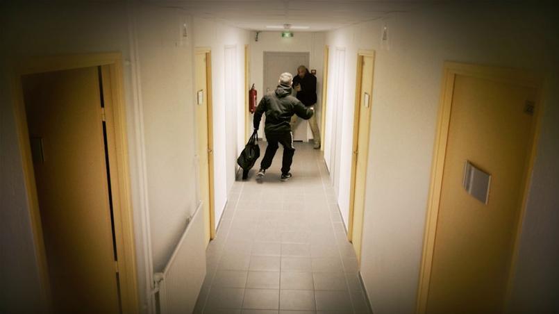 Dans un couloir d'immeuble, un policier en civil, qui vient de quitter son service, s'apprête à ouvrir la porte de son appartement lorsqu'il surprend un inconnu déguerpissant de chez sa voisine. Menaçant, ce dernier sort un couteau et avance en vociférant vers le fonctionnaire qui, dos au mur, dégaine son arme. Doit-il ou non tirer ? Pour aiguiller la bonne réaction, trois questions simples suivent le scénario. L'attaque est-elle ou non bien réelle? L'arme blanche que tient ostensiblement l'agresseur est-elle létale ou pas? Le policier peut-il se soustraire à l'attaque? Dans cette situation, les réponses affirmatives ouvrent le droit à faire feu en cas légitime défense.