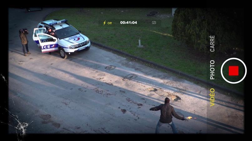 Une voiture de patrouille est prise dans une embuscade. Un émeutier s'avance et s'apprête à lancer un cocktail molotov. Un policier sort du côté passager et pointe son pistolet automatique. Trois questions se posent. Les policiers peuvent-ils se soustraire à la menace? Non car ils sont coincés dans ce scénario. Est-ce que l'usage d'une arme à feu est proportionnée à la nature de l'agression subie? Oui, car le coctail molotov manipulé à faible distance comporte un risque létal, comme en témoigne l'incendie de la voiture de police avec quatre agents à son bord à Viry-Chatillon.