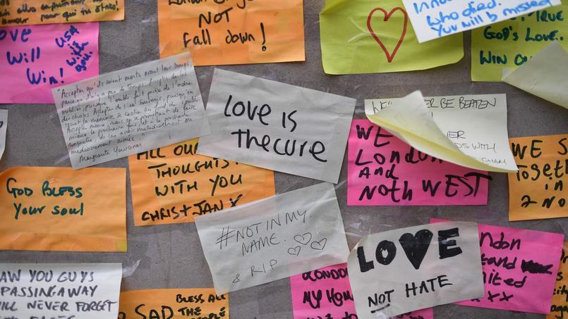 #notinmyname ou Love not Hate: de nombreux post-it ont été collés sur le London Bridge.