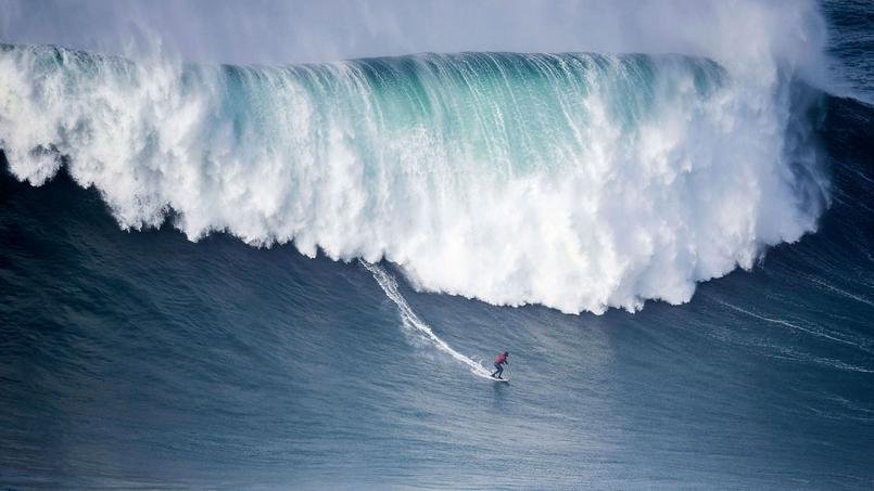 Ce 1er janvier à Nazare au Portugal. Le lieu est connu pour ses grosses vagues.
