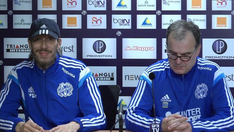 Fabrice Olszewski et Marcelo Bielsa en conférence de presse à Toulouse  (Capture d'écran TFC sur Dailymotion).