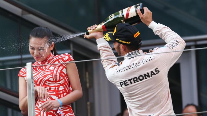 L'hôtesse aspergée de champagne par Lewis Hamilton ne lui en veut pas