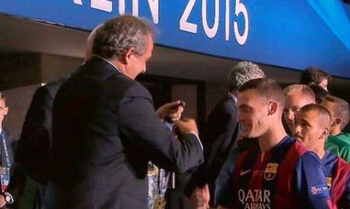 Thomas Vermaelen reçoit la médaille des mains de Michel Platini samedi dernier.